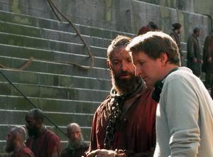 تام هوپر و هیو جکمن در پشت صحنه فیلم
